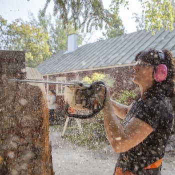 Ulla Haglund tekee moottorisahalla taidetta