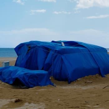 Miltä etelän rantalomakohteet näyttävät, kun lomasesonki on ohi? Taiteilija Verna Kovanen kurkisti kiiltokuvien kääntöpuolelle