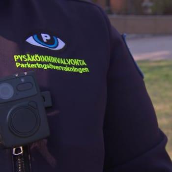 Tappouhkauksia ja yliajoyrityksiä - Turun pysäköinnintarkastajat saivat univormukamerat turvakseen