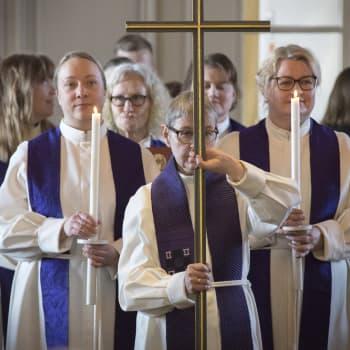 Onko naispappien asema taantunut kirkossa? -  Naispappi pyytää tekoja sivustakatsojilta, kirkkoherroilta ja piispoilta