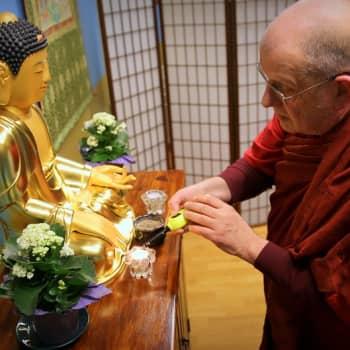 Mikael Niinimäki on suomalainen buddhalainen munkki, joka seuraa älypuhelimella uutisvirtaa ja siteeraa muumeja