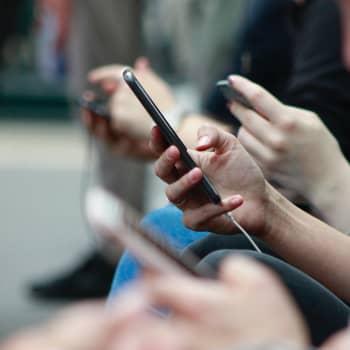 Älylaitteet vievät päivistämme useita tunteja ja nyt haluamme mitata ruutuaikaamme - onko puhelimen käyttöä syytä rajoittaa?
