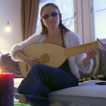 Kohun nostattanut sokea yleisurheilija Ronja Oja on myös intohimoinen koodaaja ja renessanssiluutun soittaja