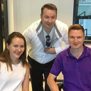 Kolme tangokuninkaallista studiossa: Aino Niemi, Marco Lundberg ja Jukka Hallikainen