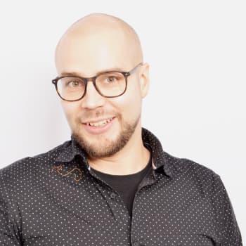 Puheen Aamu: Kananmunan heittely lavalle ei ole urbaanilegenda, kertoo stand up -koomikko Tomi Haustola