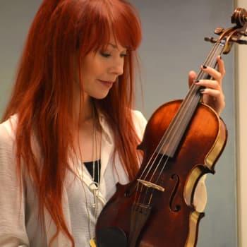 Puheen Iltapäivä: Johanna Kurkela etsii yhteyden muihin ihmisiin musiikin kautta