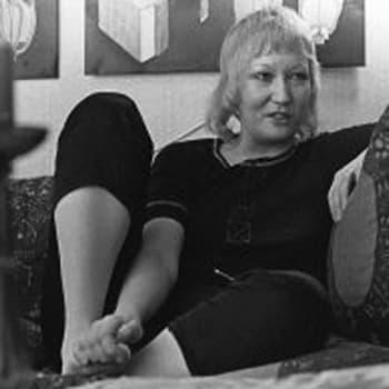 Kirjailija Kaarina Helakisa savustaa lihapötkylää