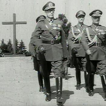 Kunnianosoitus Suomen Marsalkan haudalla (1952)