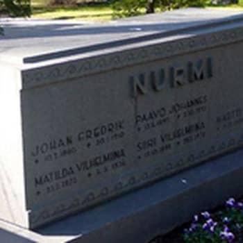Mestarijuoksija Paavo Nurmen haudalla