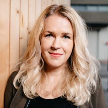 Sarah Nedergård uppträder i serien Hemmalive. Besök på ett boendekollektiv i Vanda. Glitcher på Hangö teaterträff