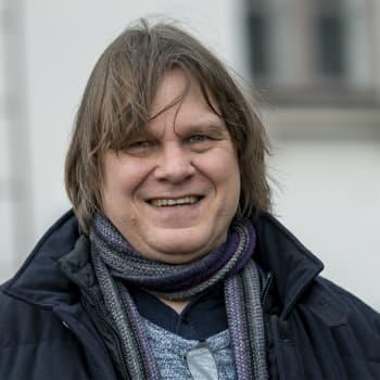 """""""Romaani vaatii enemmän miettimistä ja kirjoituskertoja kuin runous"""", sanoo esikoisromaaninsa kirjoittanut Jukka Koskelainen"""