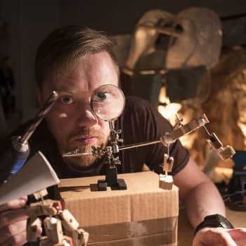 Kuusi kuvaa nukketeatteritaiteilija Aapo Revon elämästä