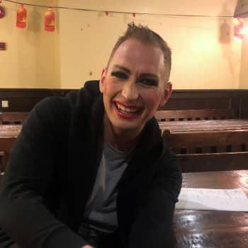 Huulikiiltoja, tekotissejä ja peruukkeja - niitä on drag-artisti Marko Vainion laukku pullollaan