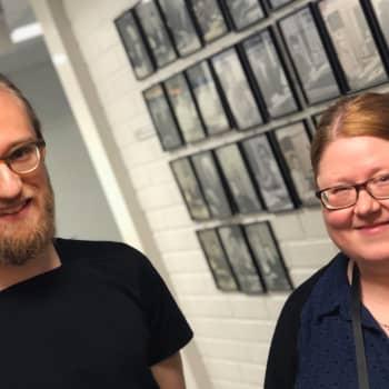 Radiouutisten tuottaja Piia Paakkunainen karttaa mielellään kellotaulun katselua