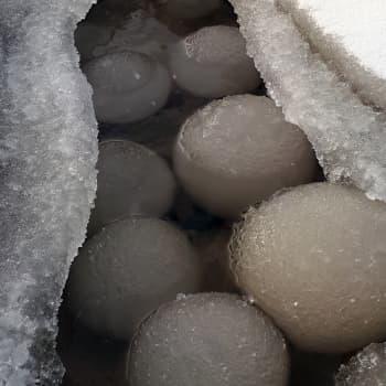 Luonnon muovaamat lumipallot
