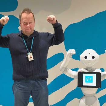 Kehityspäällikkö Jouni Frilander on Ylermi-robotin huoltaja