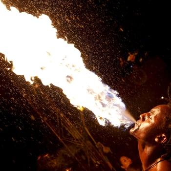 Kun tulitaiteilija astuu sirkusareenalle