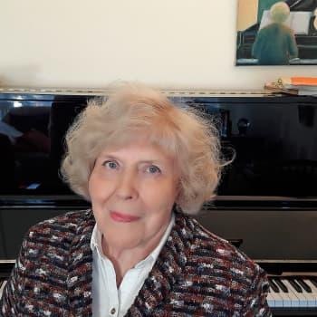 Kuusi kuvaa pianotaiteilija ja -pedagogi Meri Louhoksen elämästä
