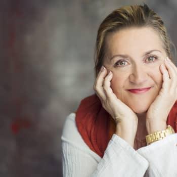 Anja Snellman kertoo kirjastaan Kaikkien toiveiden kylä