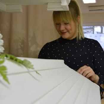 Sunnuntaivieras: Sofia Prami uudistaa varovaisesti hautajaisperinteitä - Nuori yrittäjä on kasvanut empaattisuutta vaativaan ammattiin