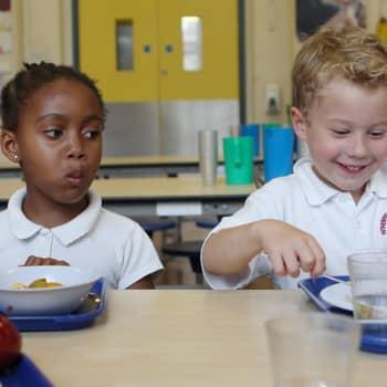 Maailmanpolitiikan arkipäivää: Maksuton kouluruoka - harvinainen herkku