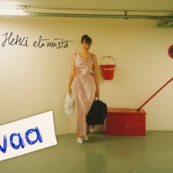 Ohjaaja Johanna Vuoksenmaa innostuessaan hyppää laukalle