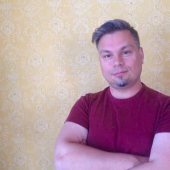 Ihmisen on helpompi ajatella yksityiskohtia kuin kokonaisuutta, sanoo kirjailija Tommi Kinnunen