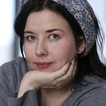 Viikon kirja: Kirjailija Miina Supinen ja romaani Mantelimaa