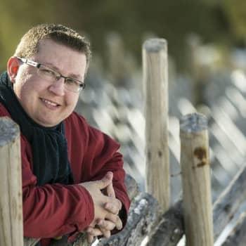 Viikon kirja: Kirjailija Simo Hiltunen ja romaani Lampaan vaatteissa