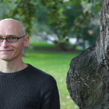 Kirjakerho: Finlandia-palkinnon voittanut kirjailija Jussi Valtonen haastattelussa