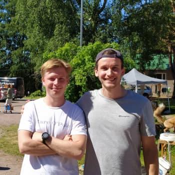 Vi träffar Jonathan Lindström och Olle Pitkänen som besöker torget på Sarvsalö i Lovisa