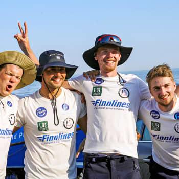 Fyra killar ror från Stockholm till Helsingfors för Östersjöns väl