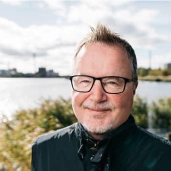 Bitte Westerlund är sommargäst i Västnyland. Axel Åhman och Alfred Backa cyklade omkring med sina nya böcker