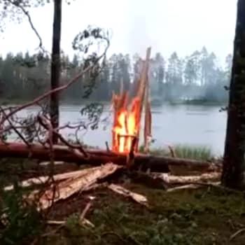 Salama sytytti puun, mutta Jarmo Salo seurueineen sammutti sen heti