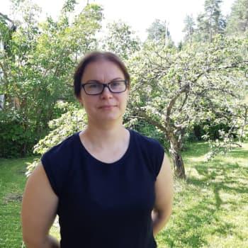 Mirkka Nousiainen hoitaa vahingoittuneita lintuja takapihallaan - viime kesänä hoidossa kävi liki 50 siiliä