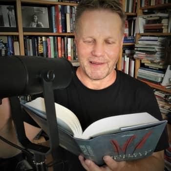 Millaista on työstää äänikirjaa? Runoilija-kirjailija Jouni Tossavainen tekee toista kirjaansa kotistudiossa