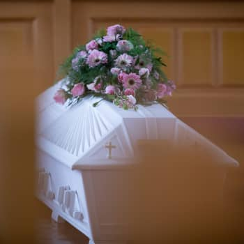 """""""Kun aika päättyy, sitä ei seppäkään korjaa"""" - hautaustoimistoyrittäjä on oppinut työssään käsittelemään ja kohtaamaan kuolemaa"""