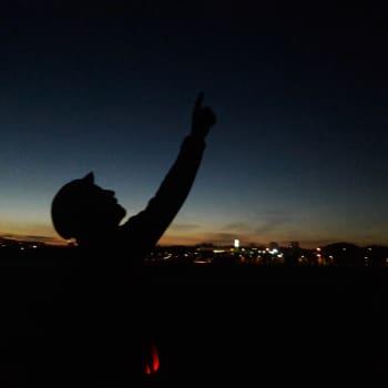 Yön ensimmäiset tähdet