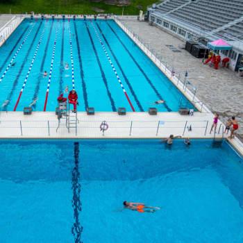 Kajaanin uimaseuran urheilijat harjoittelevat Otanmäen maauimalassa