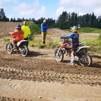 MM-mitalistin ajokoulu innosti junnuja Kaakamon motocrossradalla