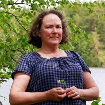 """""""Elämme kuin siat pellossa, kulutamme kaiken surutta loppuun"""" – tiedekirjailija Kirsi Lehto: korona hyvä varoitus ihmiskunnalle"""