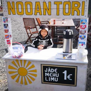 """7-vuotias Nooa perusti kesäkaupan kotipihalleen – """"Mä oon aina tästä haaveillu"""""""