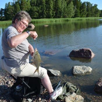 Fritidsfiskare Yvonne Eriksson från Borgå metar och får napp, två gånger