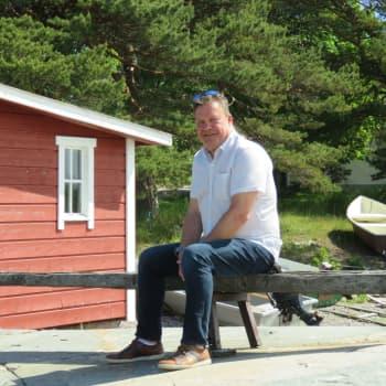 Pop med sommarstuga eller ett andra hem i Hangö. Nu går också bostäderna norr om järnvägen åt