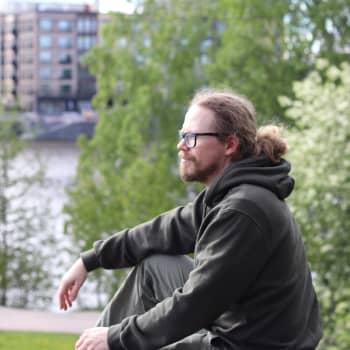 Geasseguossi Petter Morottaja: anárašgiela oahpaheaddji návddaša eallit stuorra gávpogis