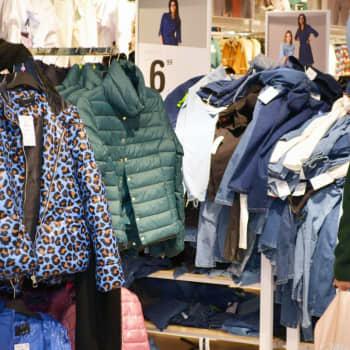 Outlet-ketjut tulivat jäädäkseen - kaupoissa loppuvuodesta aiempaa vähemmän uusia vaatteita