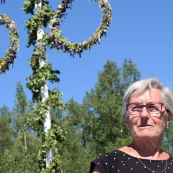 Gunnel Holmström var med och startade traditionen med midsommarstång i Tenala