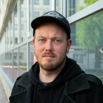 Hårdrockaren Mike Grönroos har gjort över 200 barnvisor för BUU-klubben och nu har han snöat in sig på synthwave.