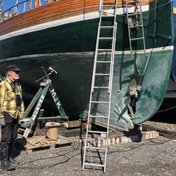Talkoilu ei ole tämän kevään juttu - 77-vuotias Matti Kaleva kunnostaa vanhaa Munter-purjealustaan koronakeväänä poikkeusmenoin