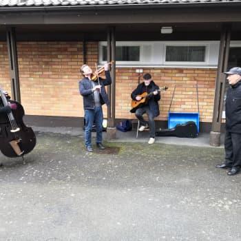 Näin juhlistetaan syntymäpäiviä tyylillä! — Muusikot järjestivät 90 -vuotiaalle ystävälleen yllätyskonsertin